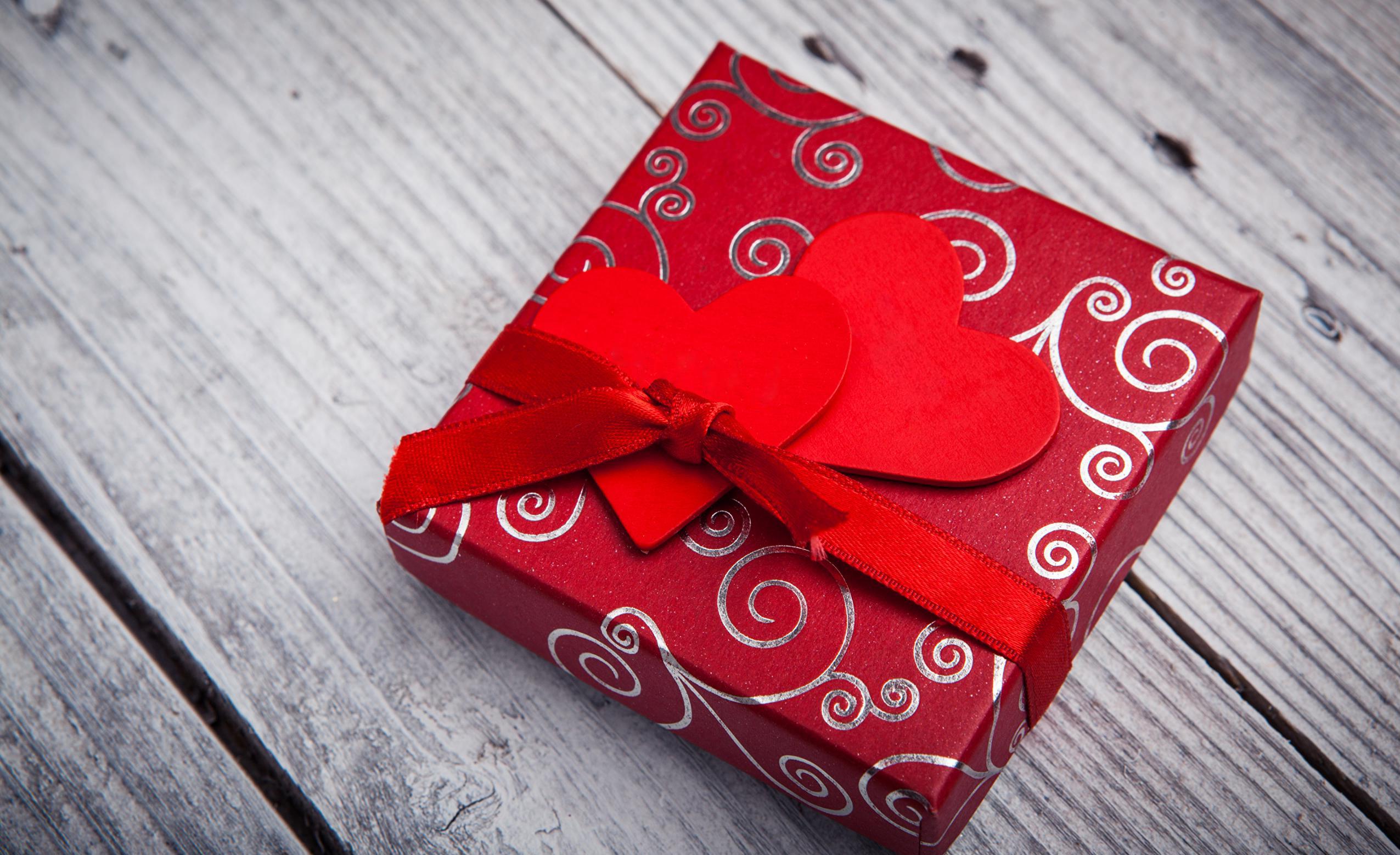 Une boîte à bonbons Saint Valentin avec des coeurs