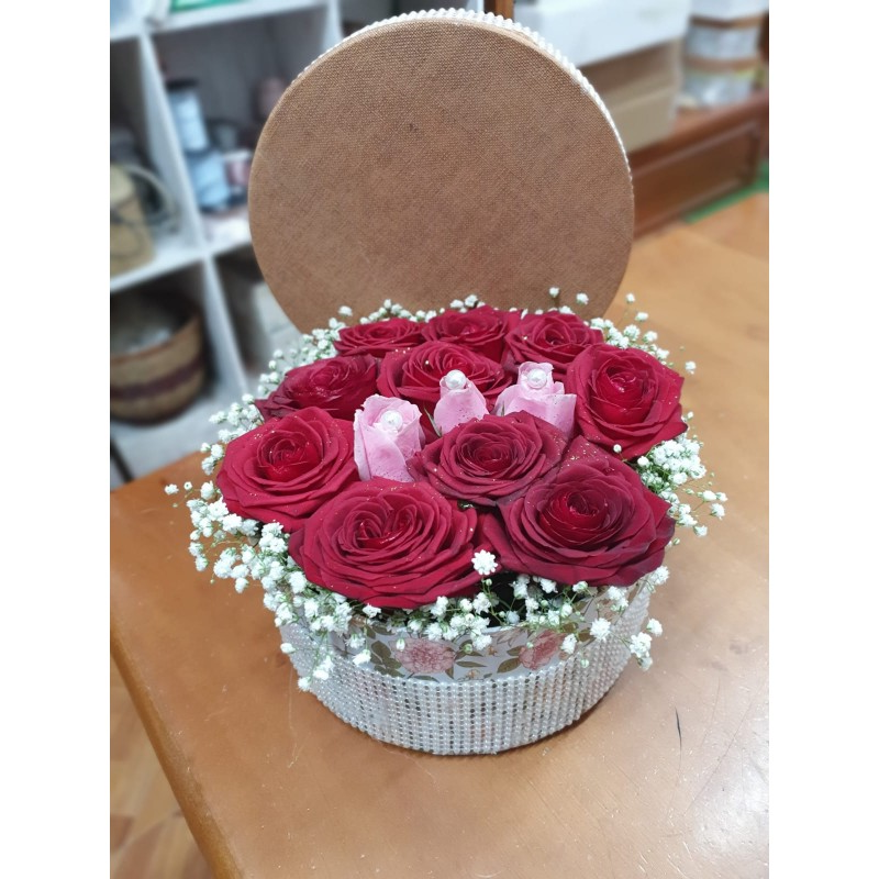 Surprise de la Saint-Valentin avec des roses dans une boîte