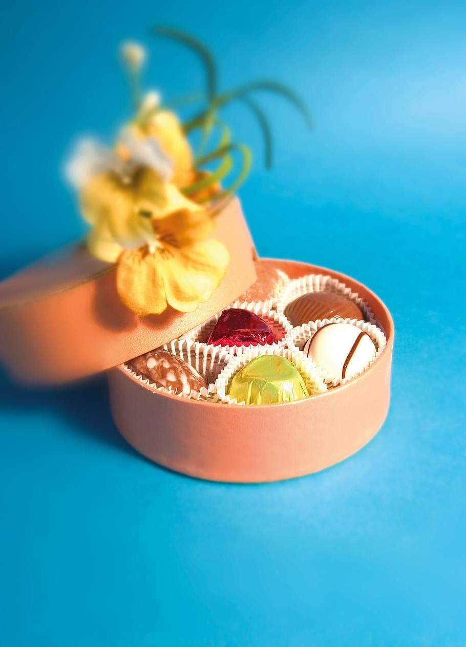 Délicieux bonbons dans une boîte décorée de la Saint-Valentin