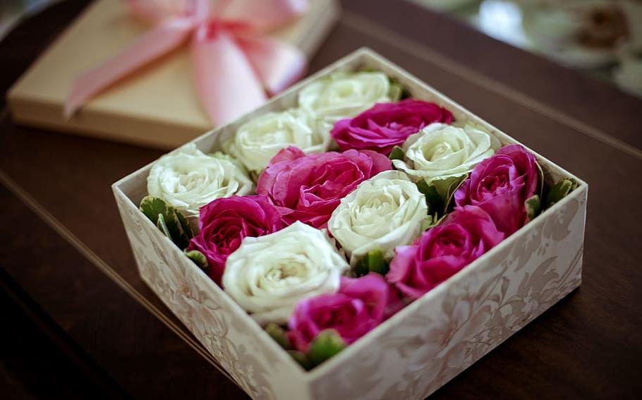 Belles roses dans une boîte de Saint Valentin
