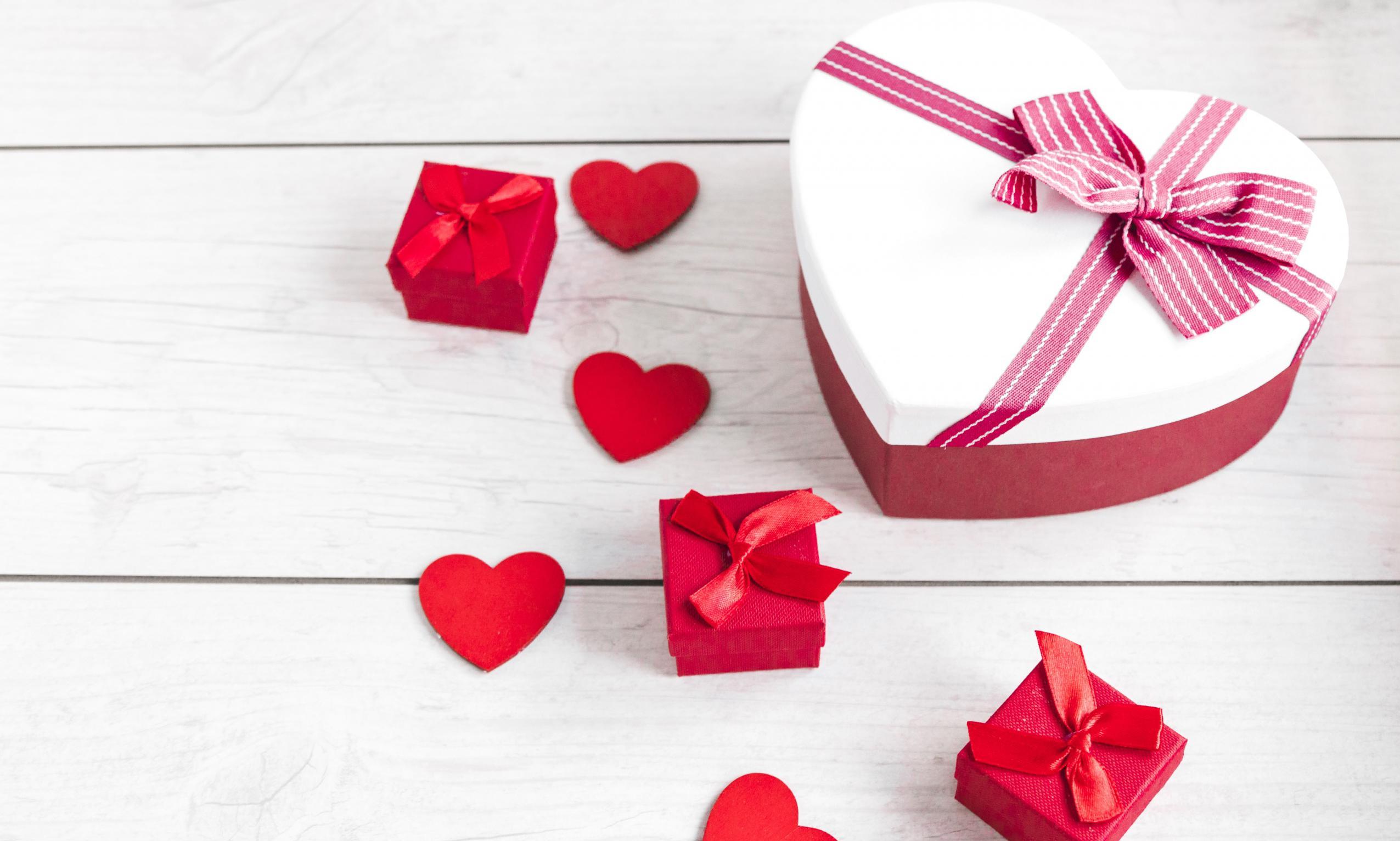 Les cadeaux mettent de belles boîtes pour la Saint Valentin