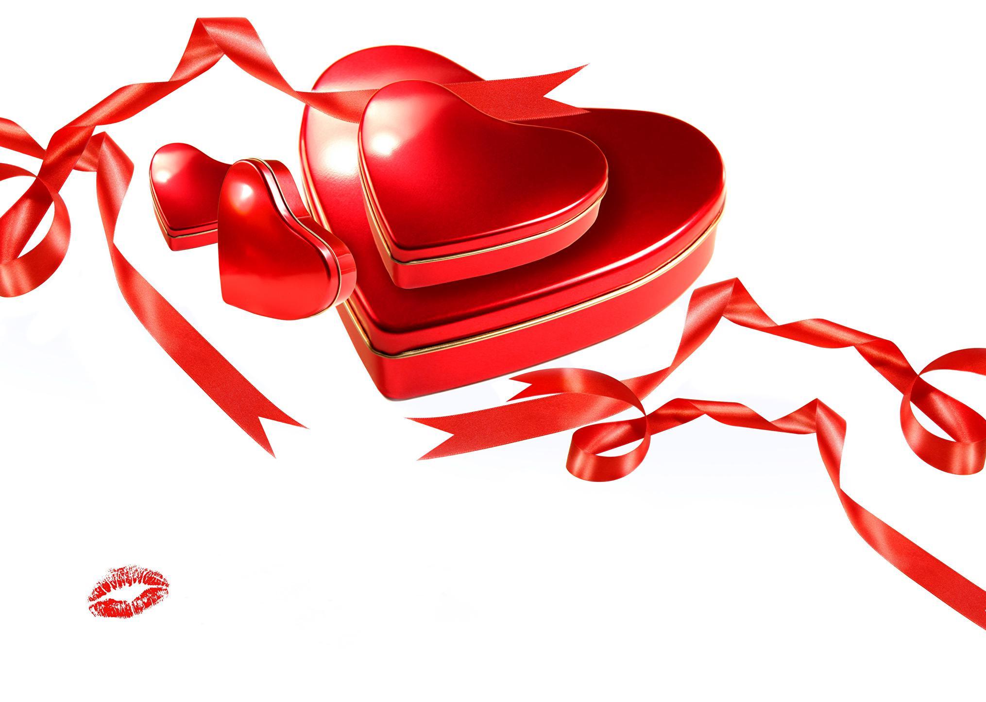 Cadeaux dans des boîtes rouges en forme de coeur de Saint Valentin