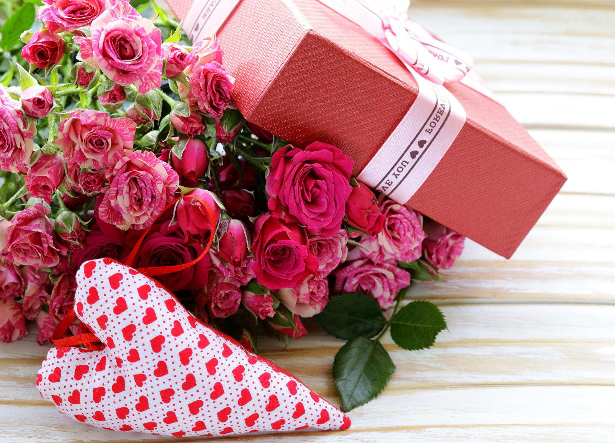 Cadeau placé dans une belle boite et un bouquet pour la Saint Valentin