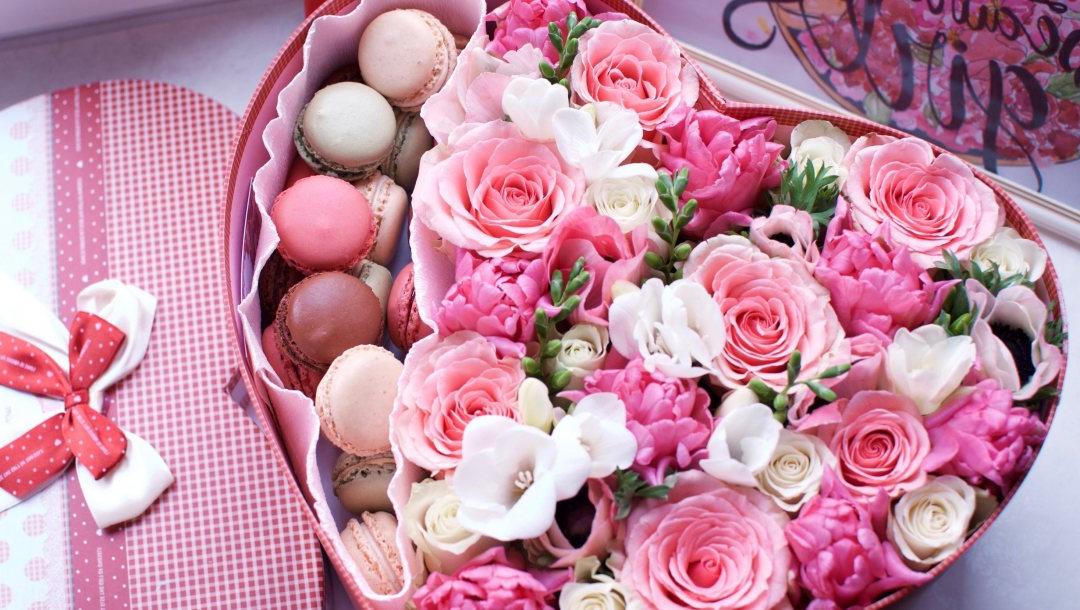 Box faite à la main pleine de roses et de bonbons