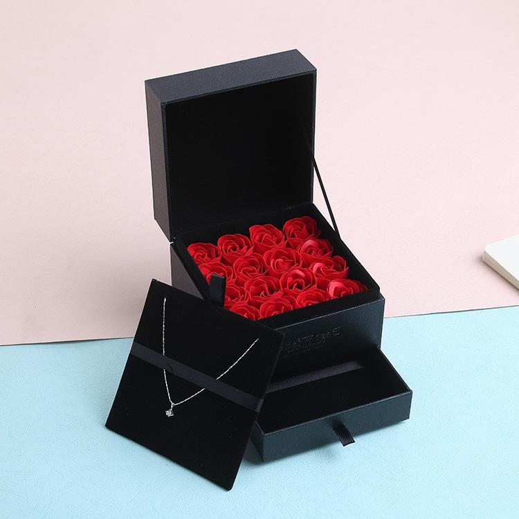 Un coffret Saint Valentin avec des roses rouges