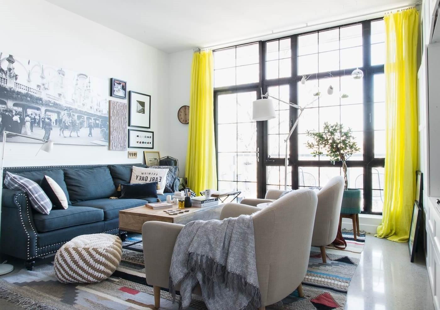 Ajoutez de la couleur à votre pièce en choisissant des rideaux dans une nuance audacieuse.