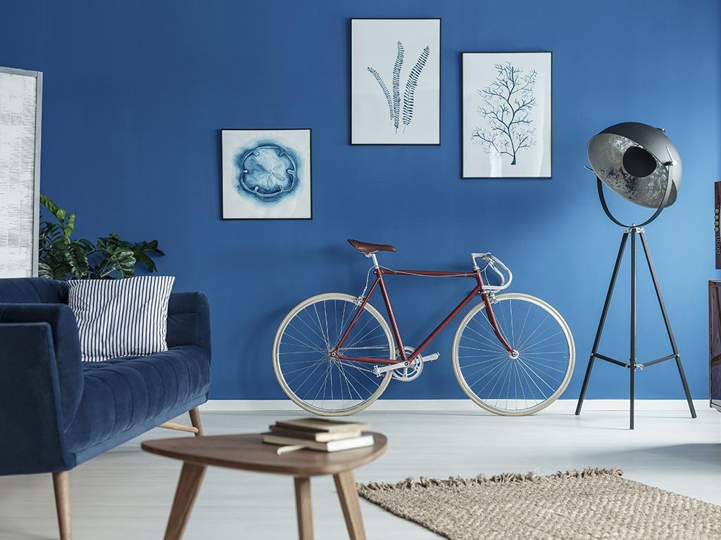 Les looks monochromes ne doivent pas être pâles. Des couleurs comme le bleu de cobalt ou l'aubergine peuvent évoquer le monochrome d'une manière audacieuse, pleine de personnalité et d'élégance.