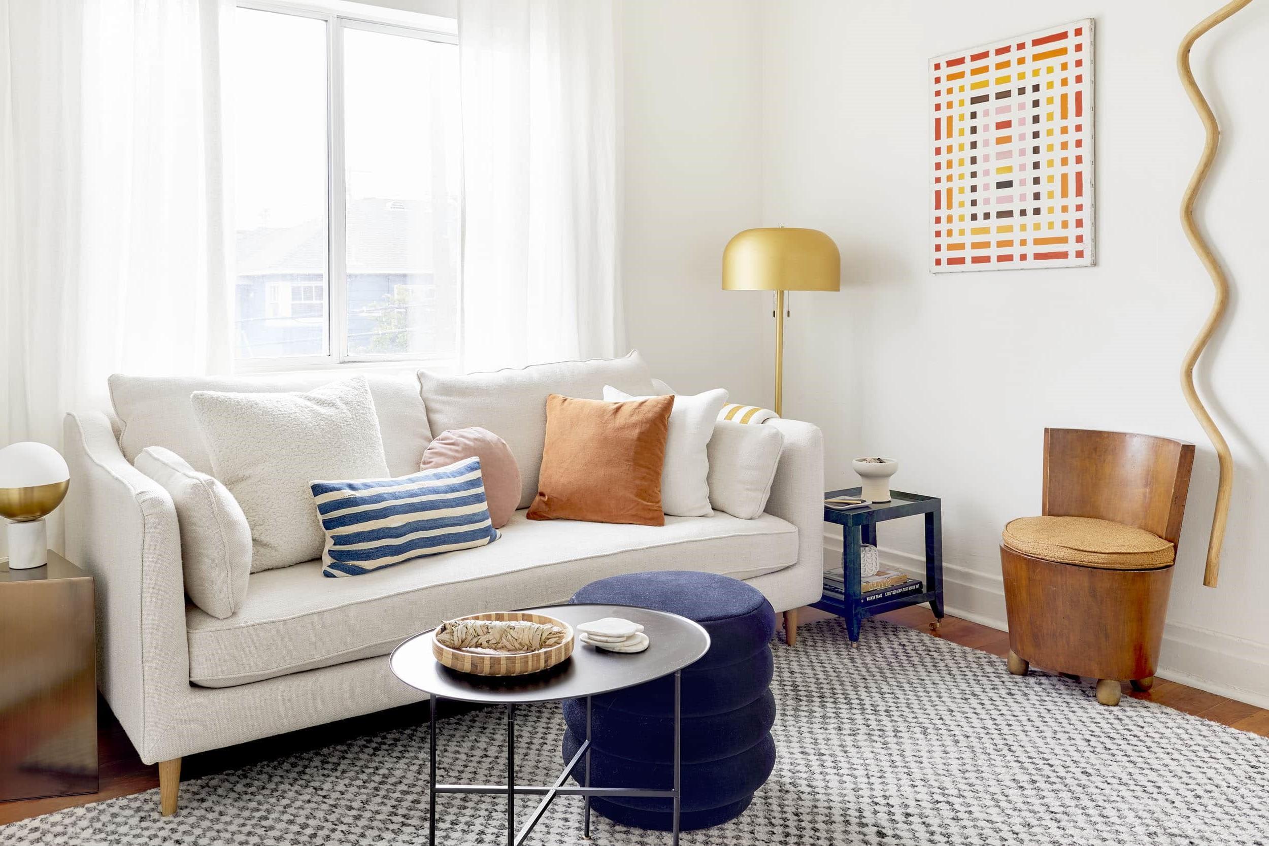 Déco de salon: le bois recyclé peut être utilisé pour les chaises, les tables et les sols.