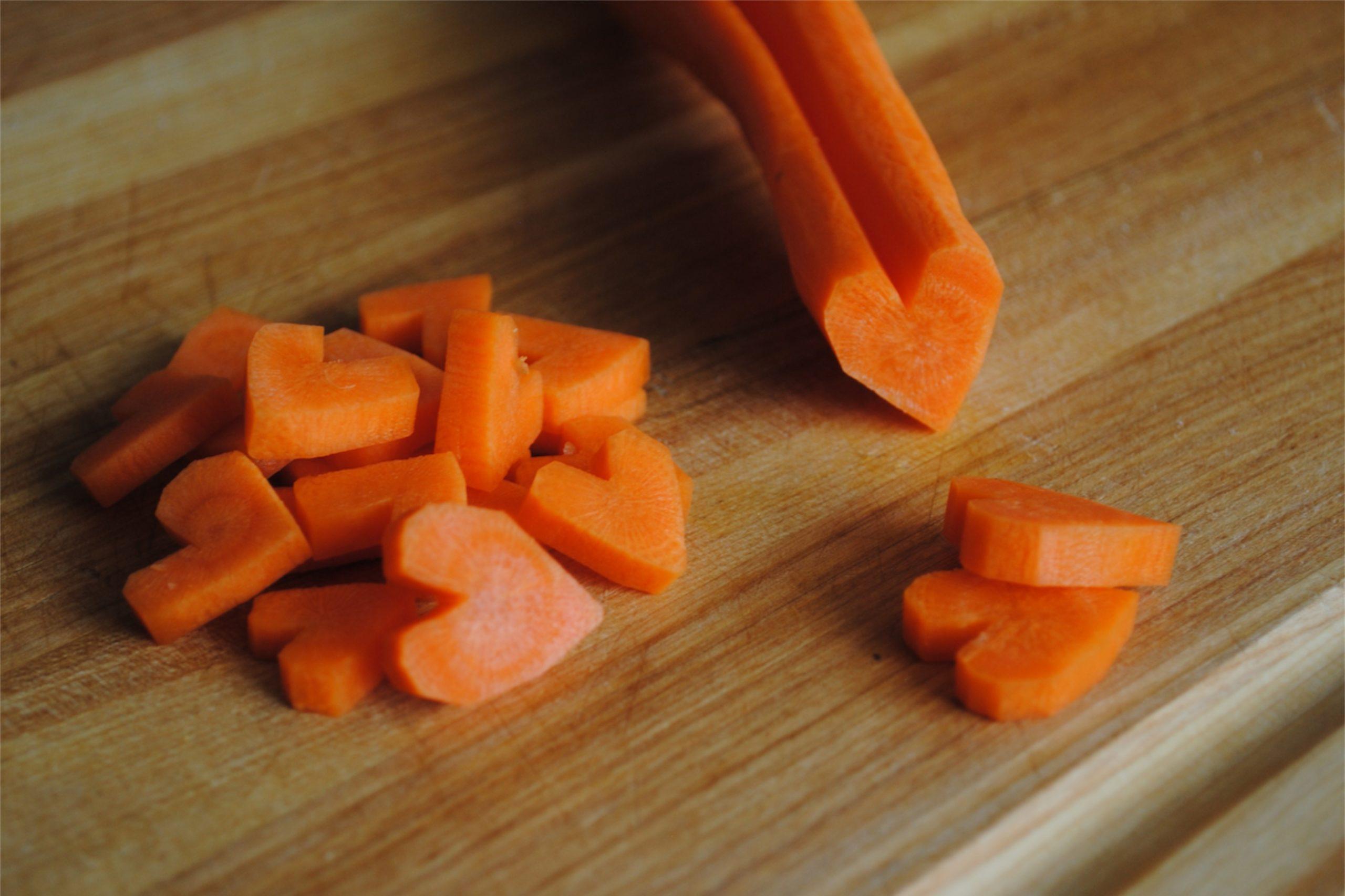 Coupez les légumes et les fruits en forme de cœur.