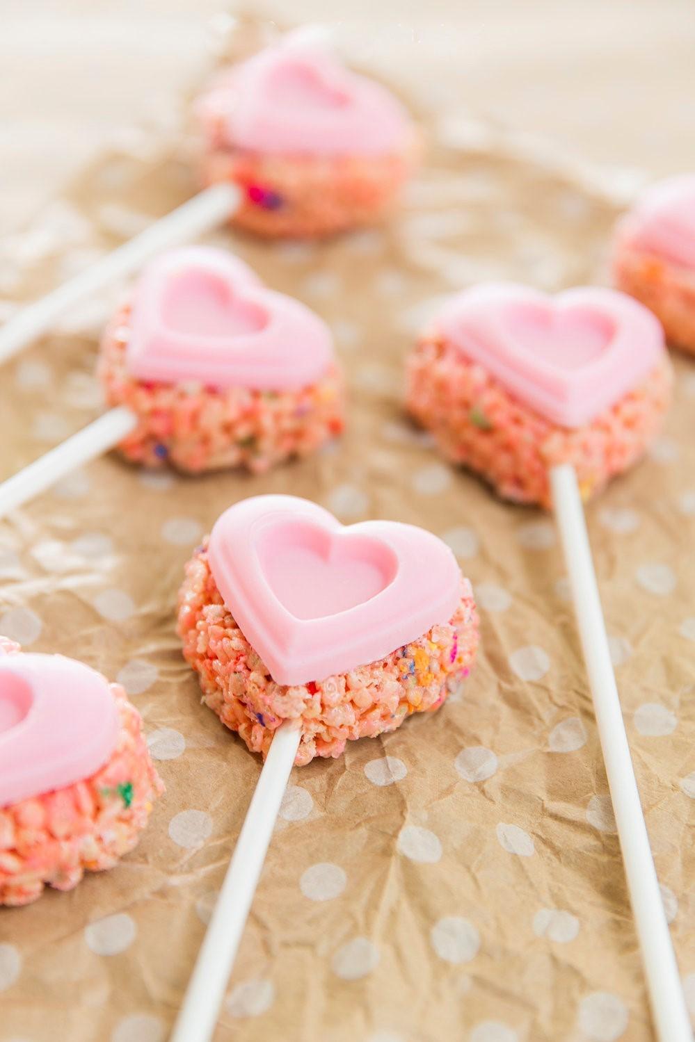 Idées de repas pour la Saint-Valentin: barres de céréales en forme de coeur.
