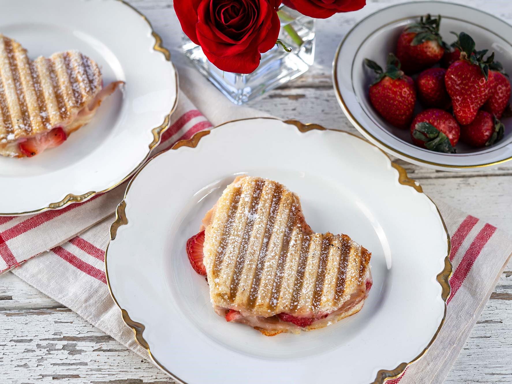 Toast en forme de coeur pour votre petit déjeuner au lit.
