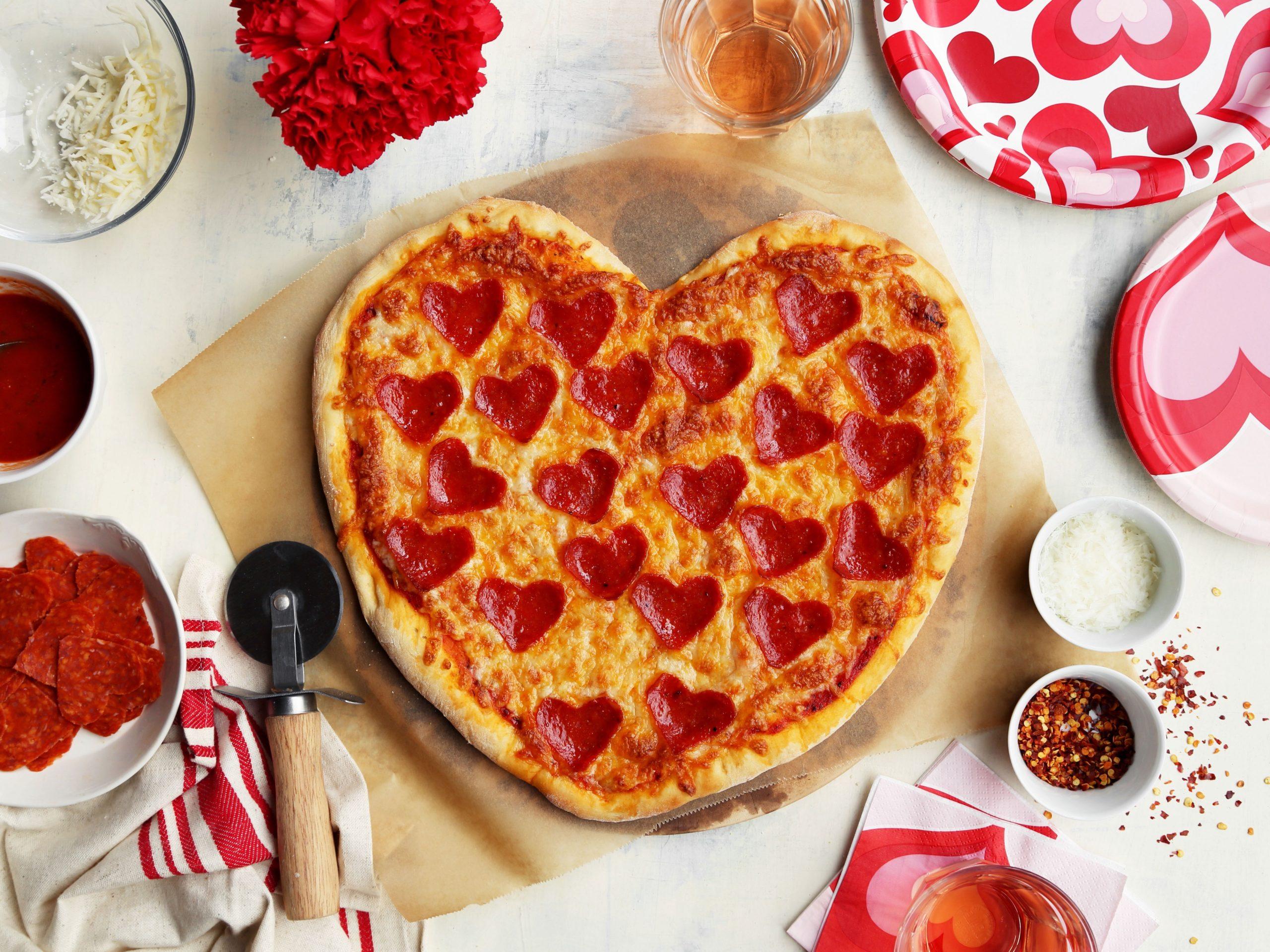 Idées de repas pour la Saint-Valentin: pizza en forme de coeur.