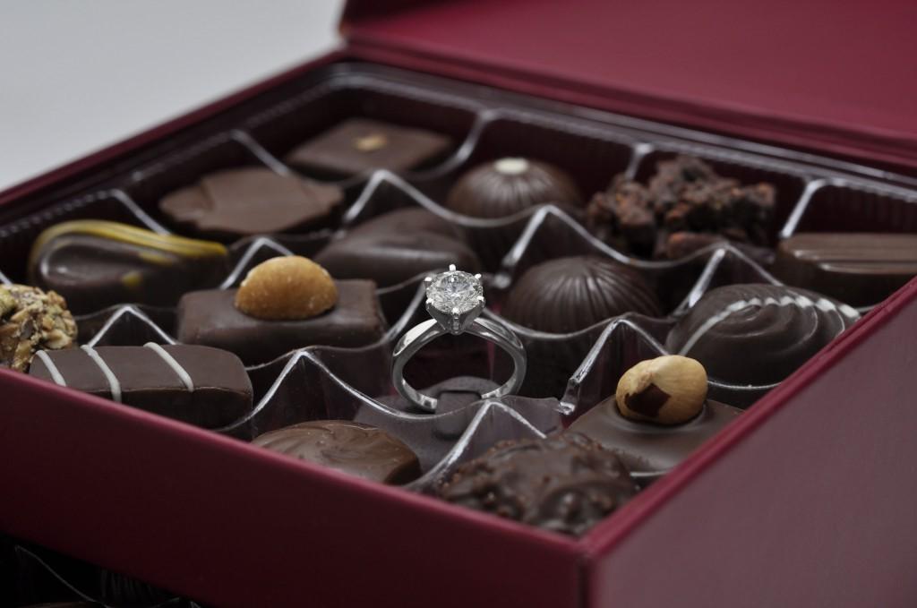 Cachez une bague de fiançailles dans une boîte de bonbons. Ce sera la plus grande surprise!
