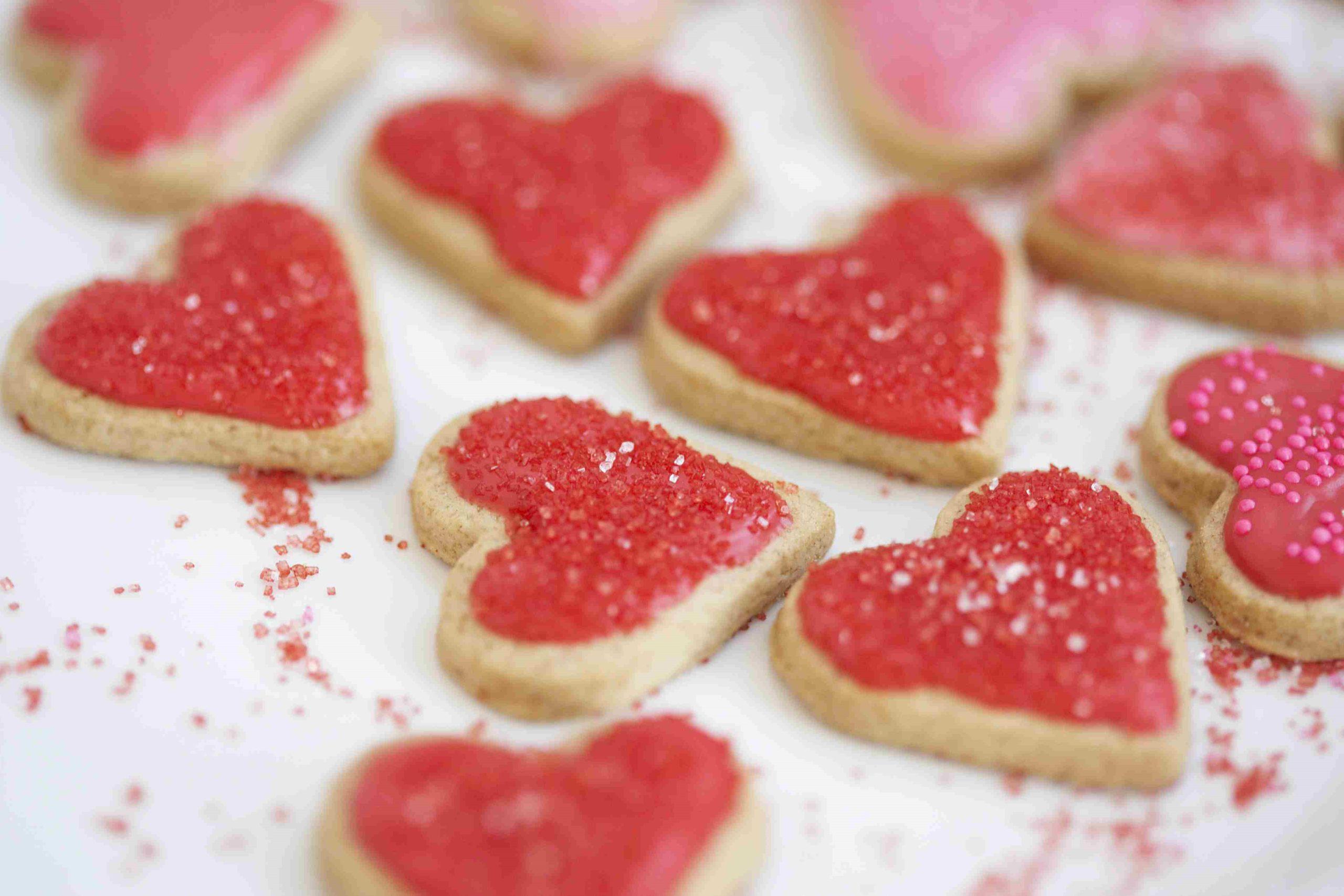 Biscuits glacés en forme de cœur.