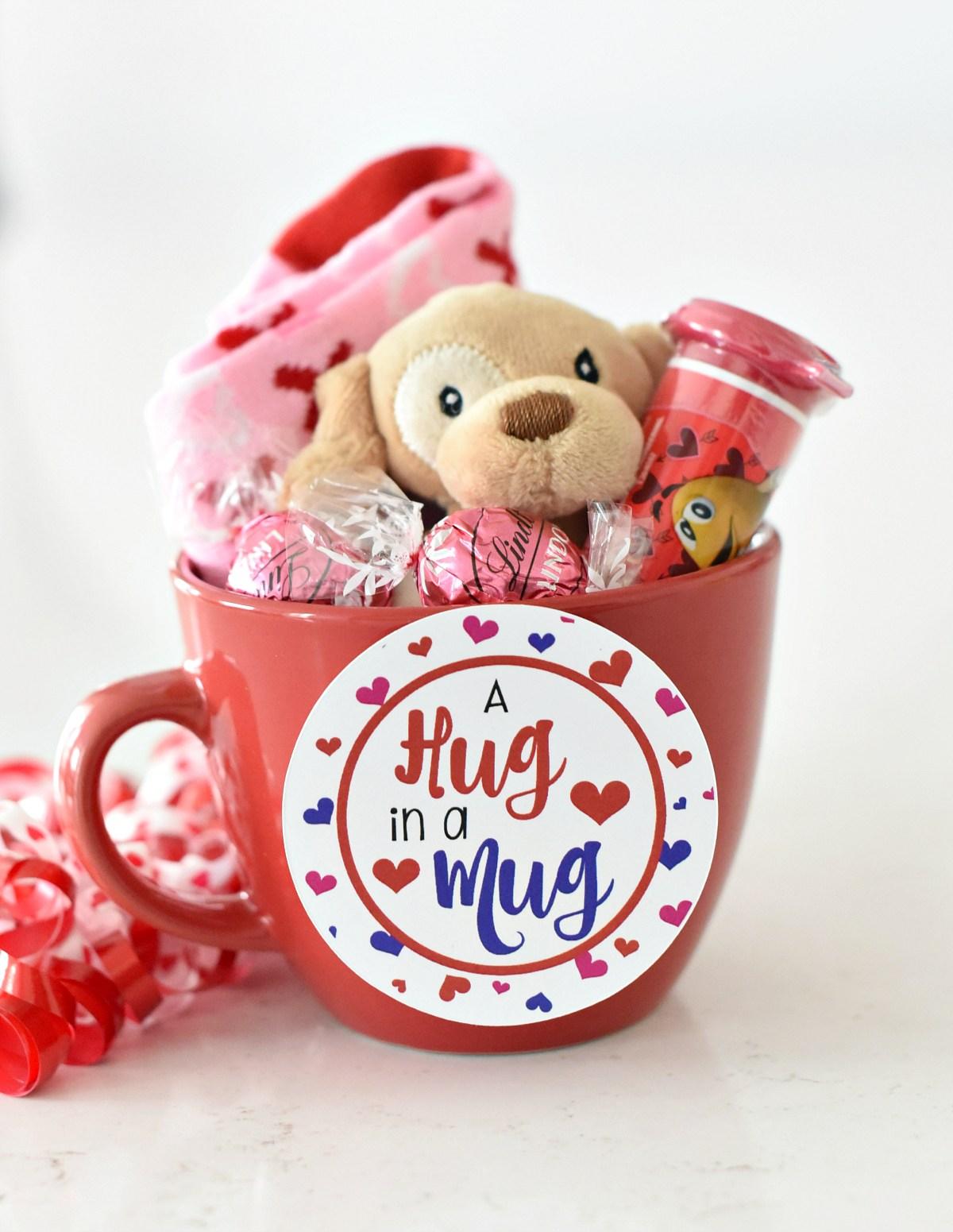 Mug personnalisé pour la Saint Valentin utilisé comme panier cadeau.