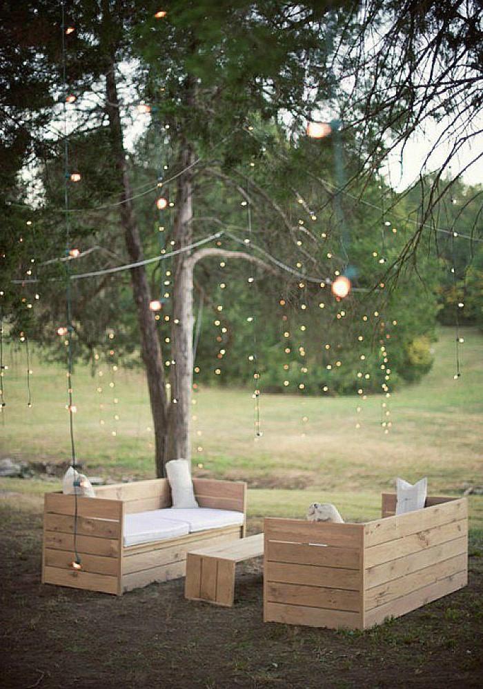 Salon de jardin avec table basse et canapés en palette.