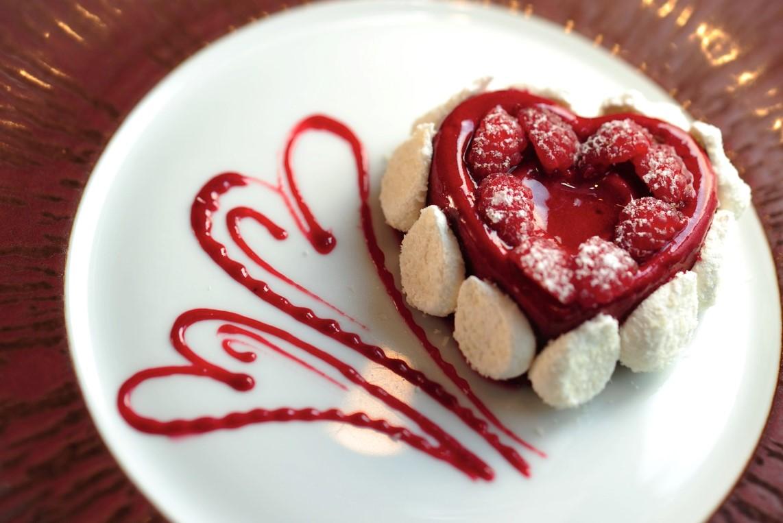 Repas romantique facile: dessert en forme de coeur.