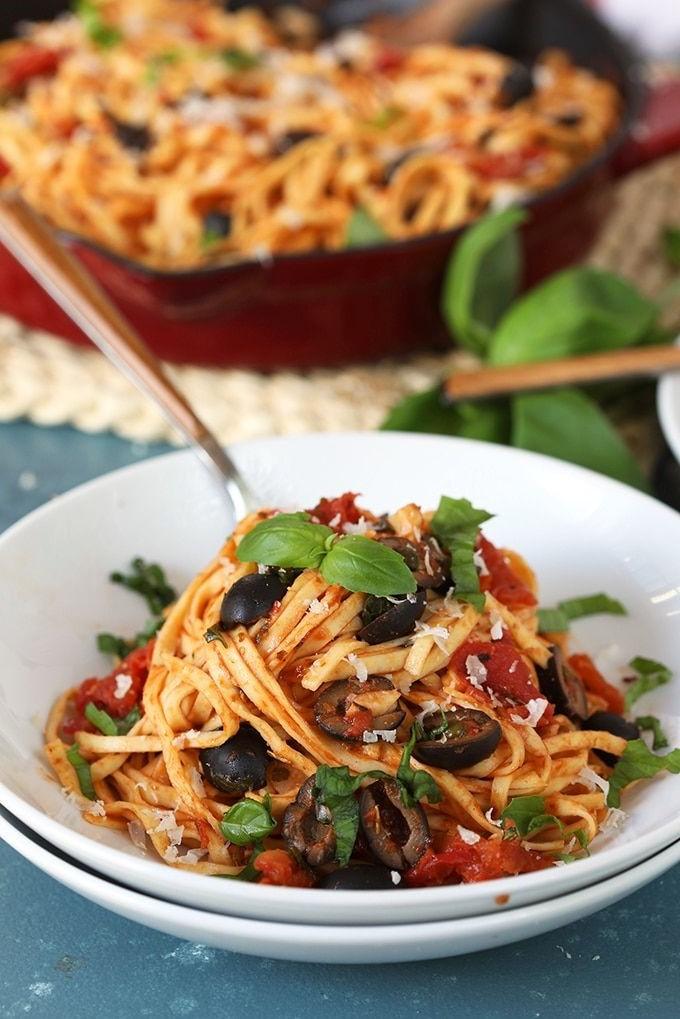 Spaghettis à la sauce tomate et aux olives.