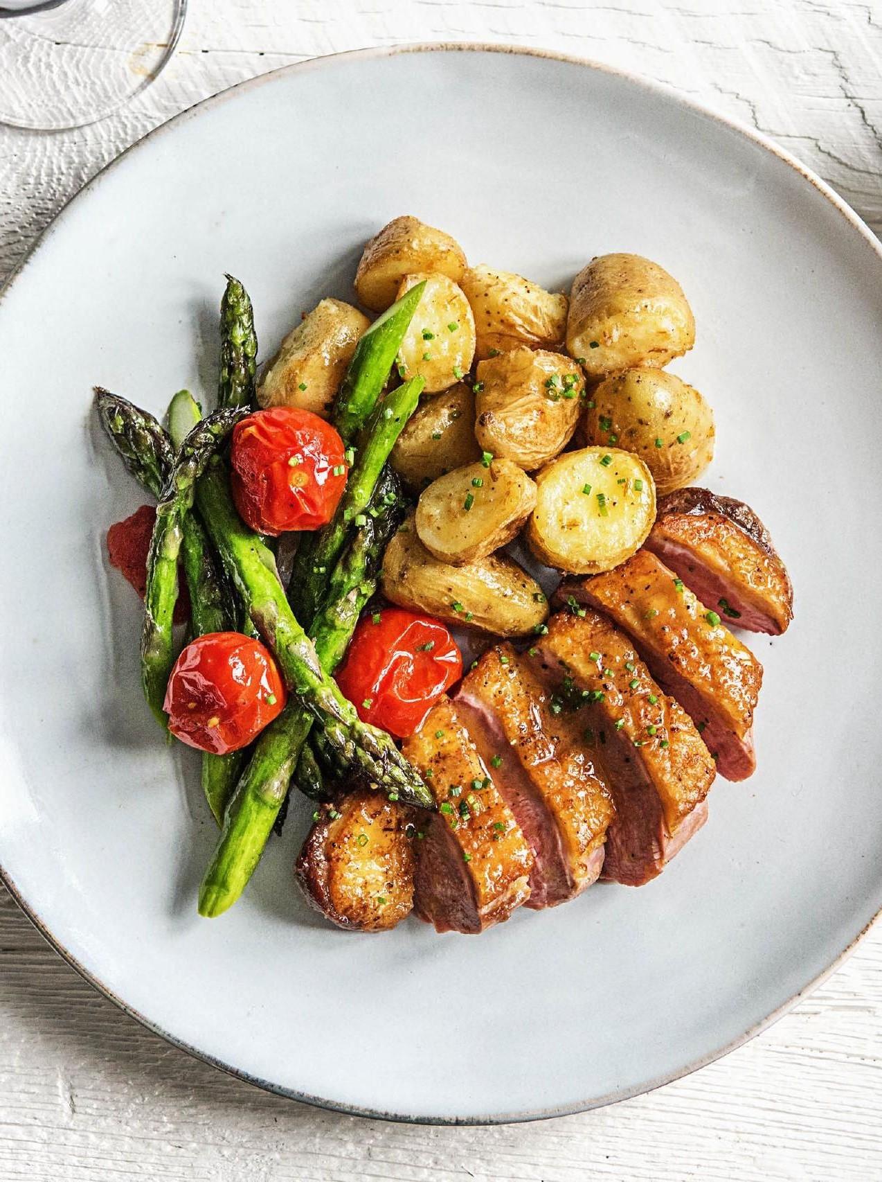 Ajoutez des asperges et des pommes de terre comme garniture - c'est vraiment simple et nutritif.