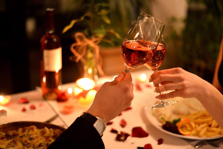 Choisir le bon vin est une partie essentielle du dîner romantique parfait.