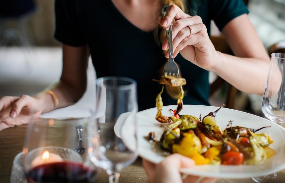 Repas romantique facile avec des légumes.