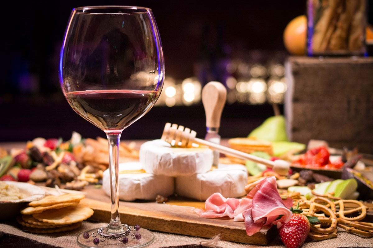 Repas romantique facile: planche de fromages et de charcuterie.
