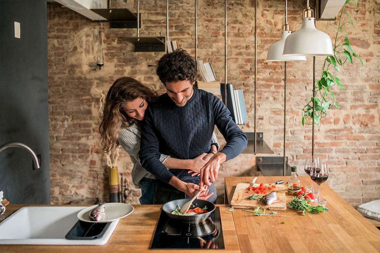 Vous pouvez également préparer le dîner avec votre partenaire pour vous divertir ensemble!