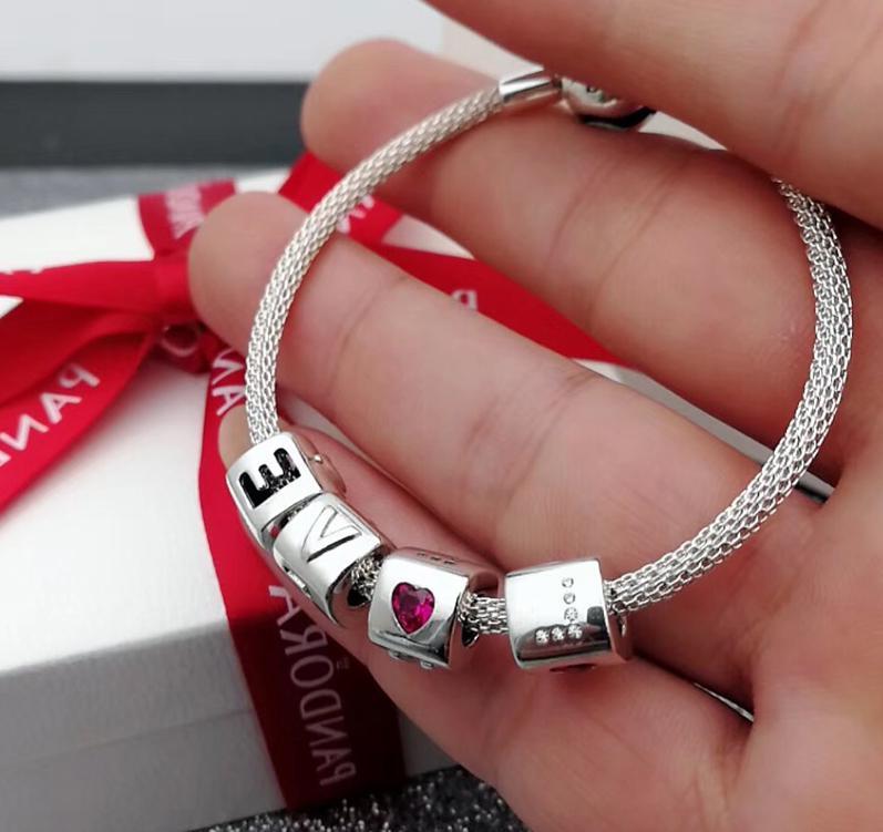Un bracelet `love` Bijoux Saint Valentin
