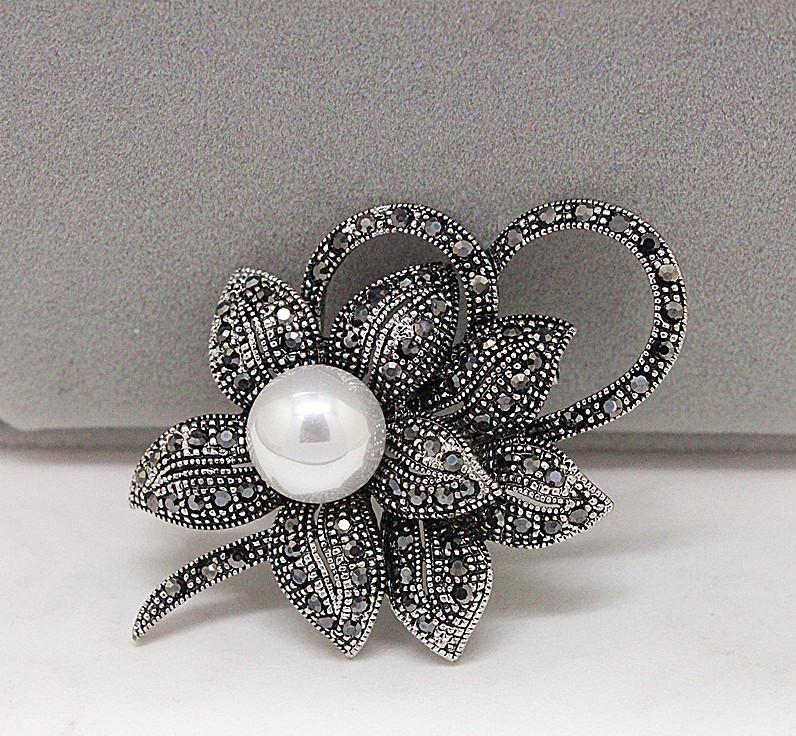 Un broche fleur Bijoux Saint Valentin