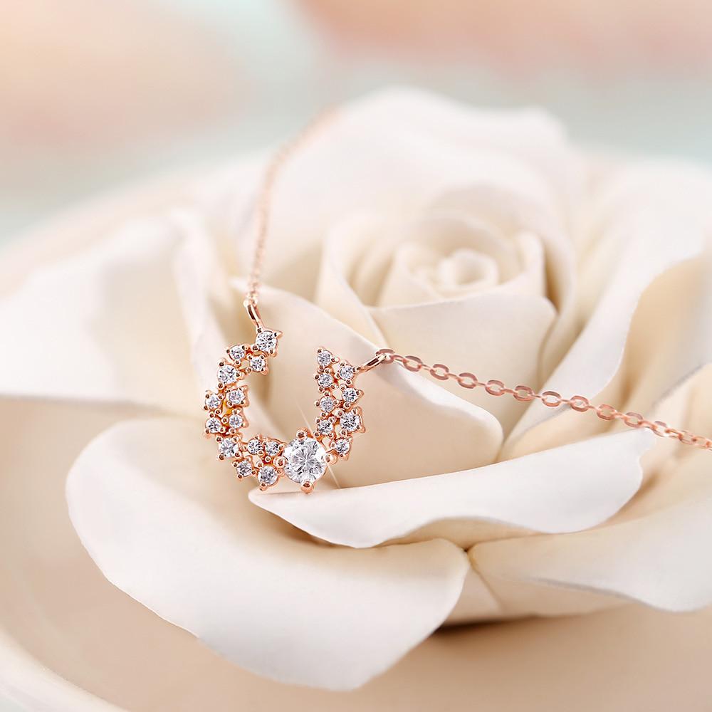 Un collier délicat avec des fleurs bijoux pour la Saint Valentin