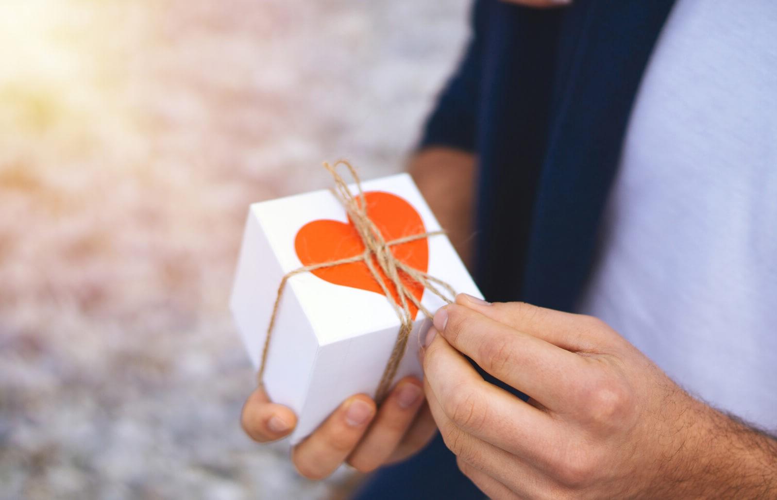 Offrez un petit cadeau à votre bien-aimé.