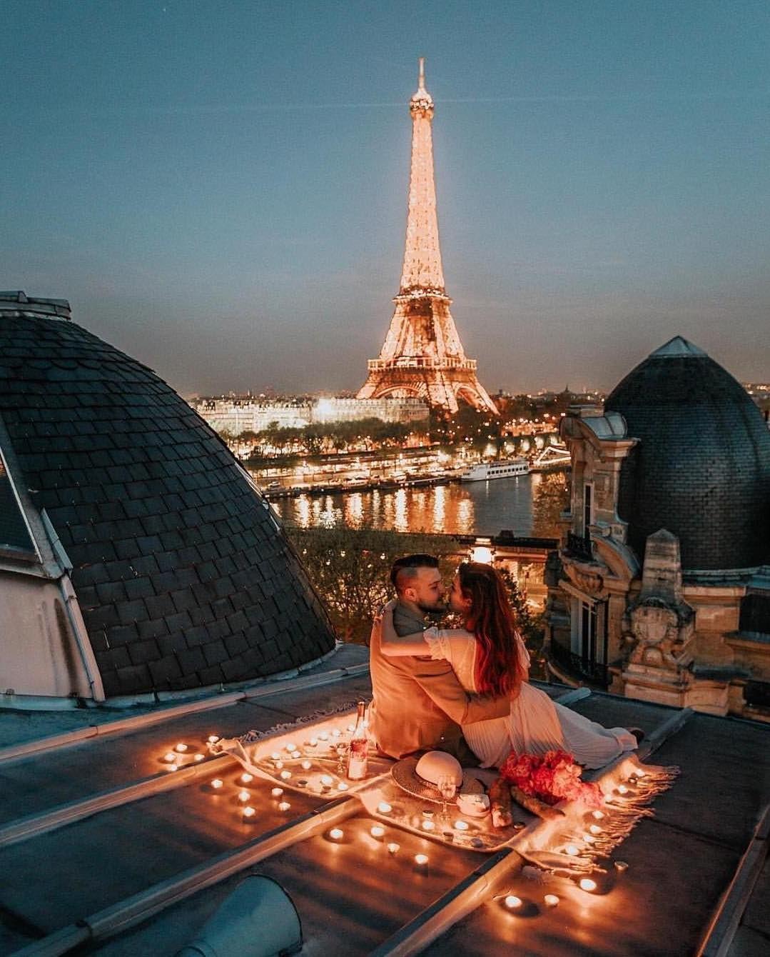 Dînez au sommet d'un immeuble avec une belle vue.