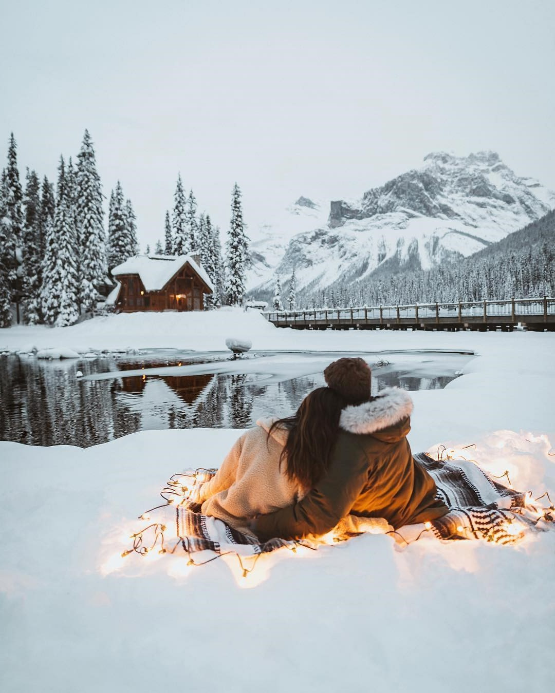Profitez d'une promenade dans les montagnes enneigées.