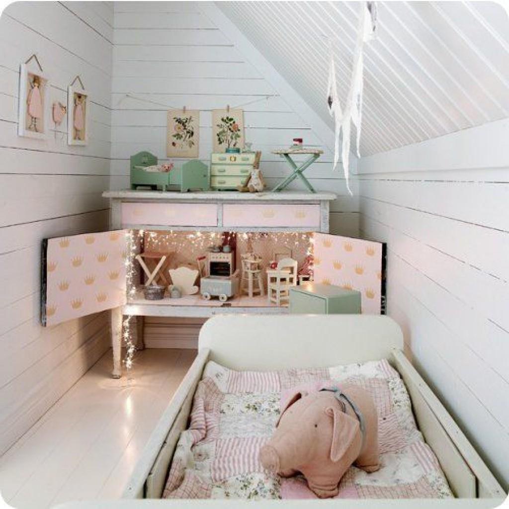 Petite chambre d'enfant sous combles.
