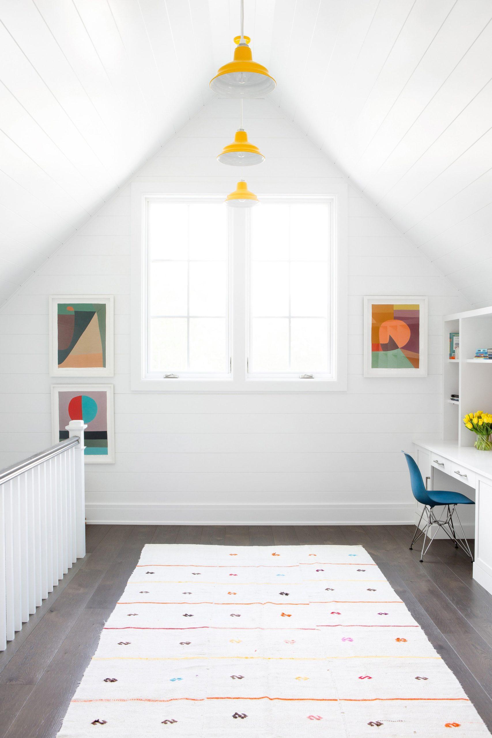 Chambre mansardée simple et lumineuse.