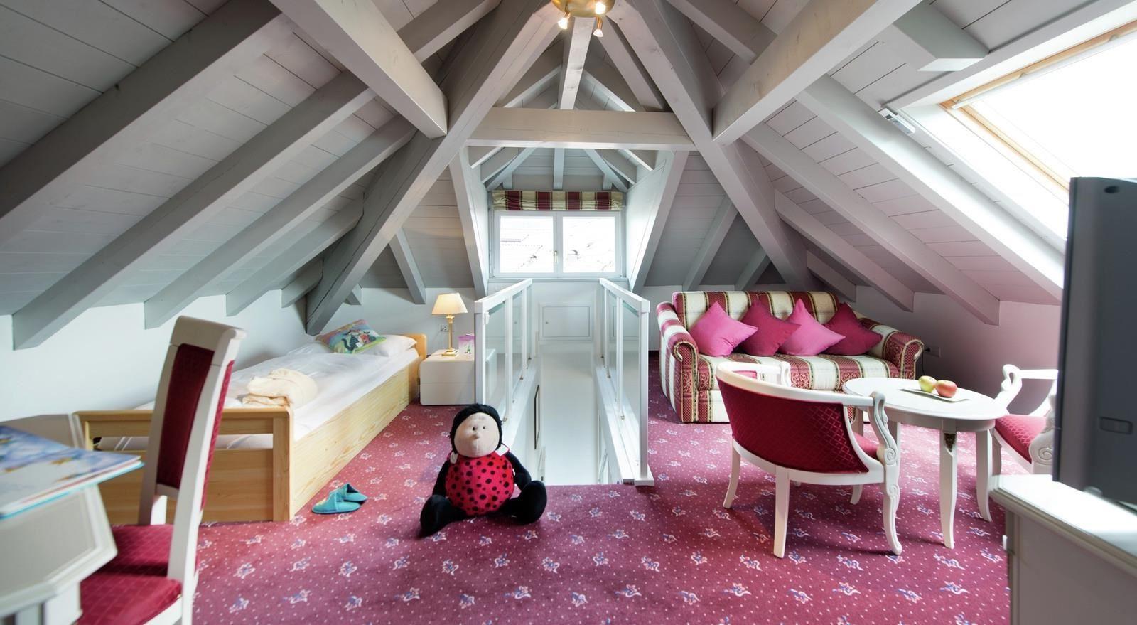 Chambre d'enfant aux accents blancs et roses.