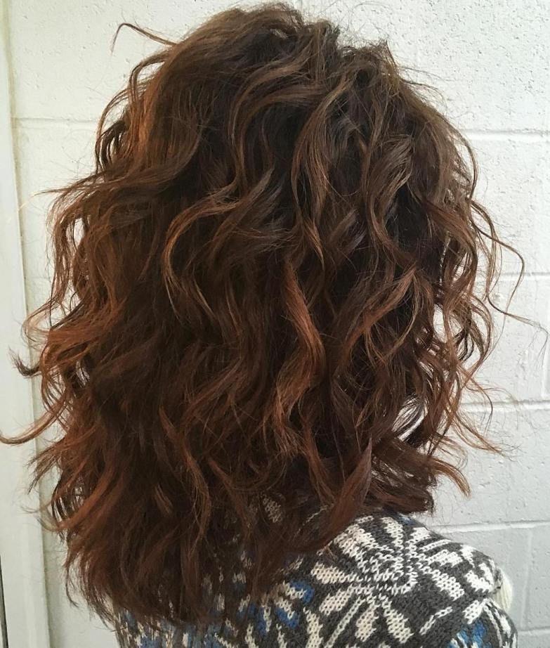 Coiffure en couches pour les cheveux bouclés.
