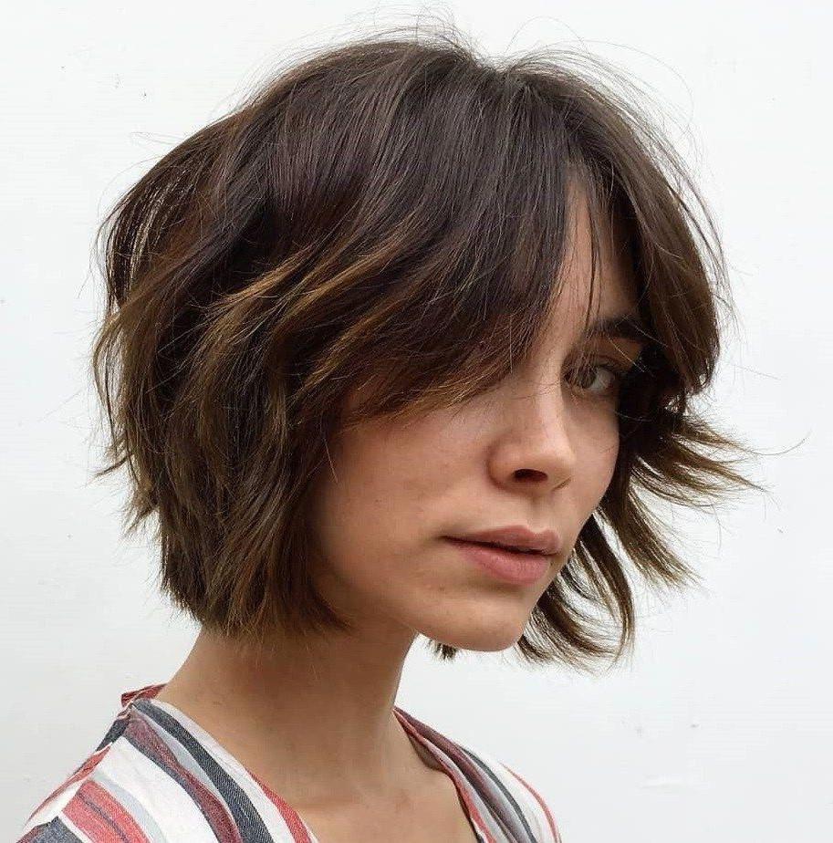Coupe courte pour les cheveux ondulés.