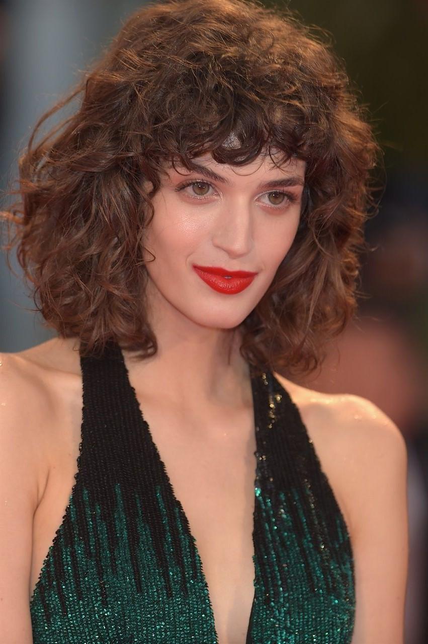 Coiffure facile pour les cheveux ondulés.