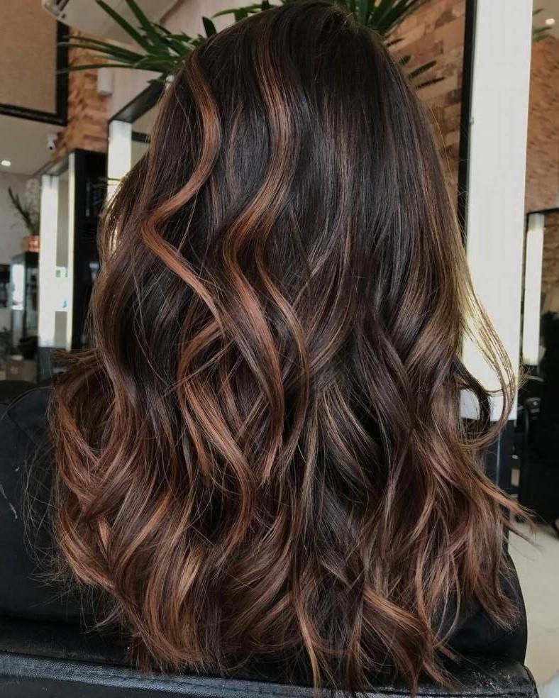 Cheveux longs et ondulés.