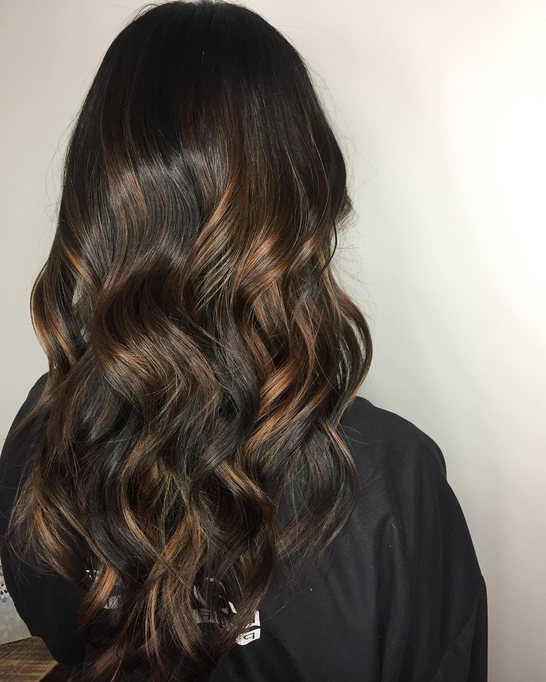 Choisissez une coiffure avec des mèches pour vos cheveux ondulés.