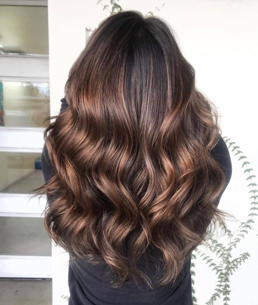 Cheveux ondulés et longs.