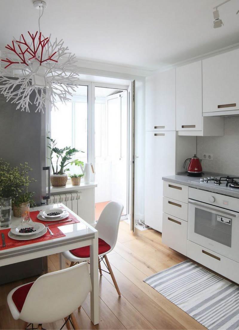 Cuisine blanche et plan gris pour travailler avec du rouge