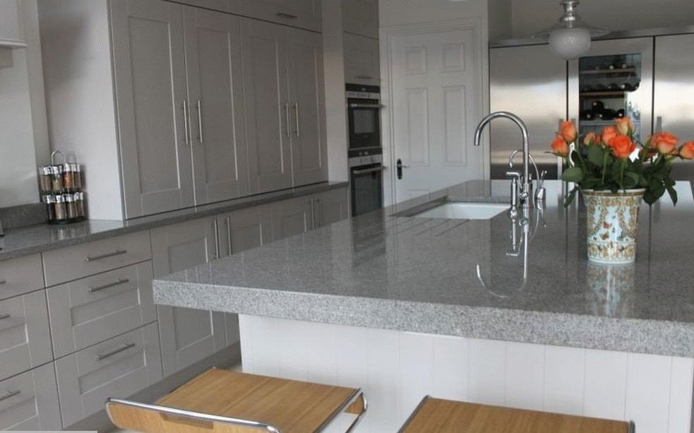 Grande cuisine blanche avec comptoir gris