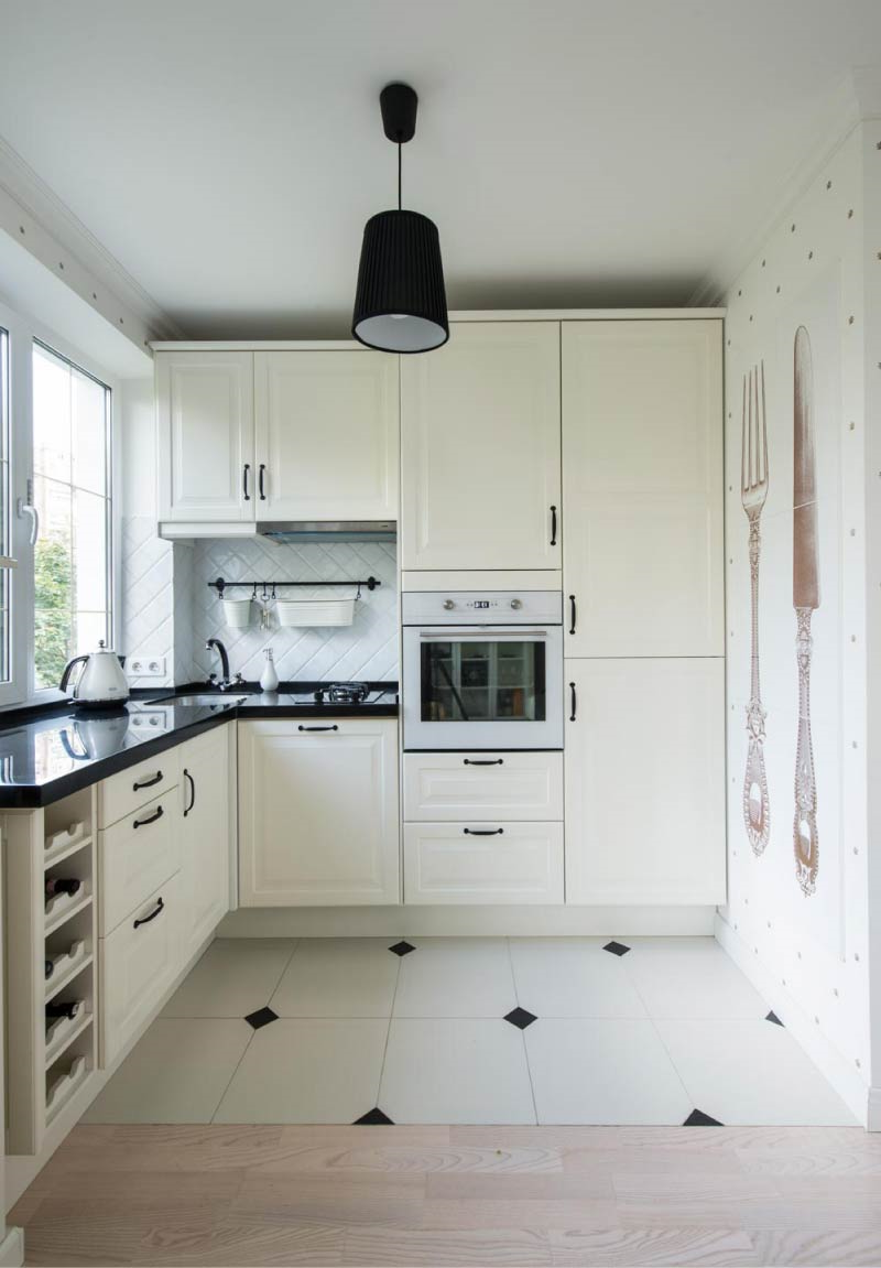Petite cuisine blanche et comptoir gris à la française