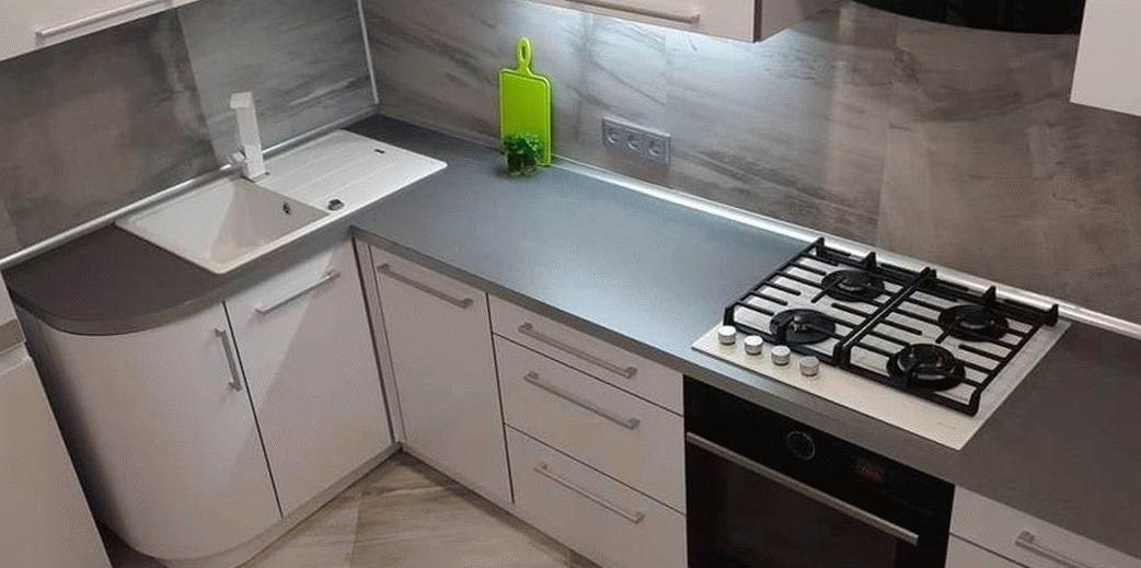 Endroit préféré dans la cuisine - cuisine blanche et plan de travail gris