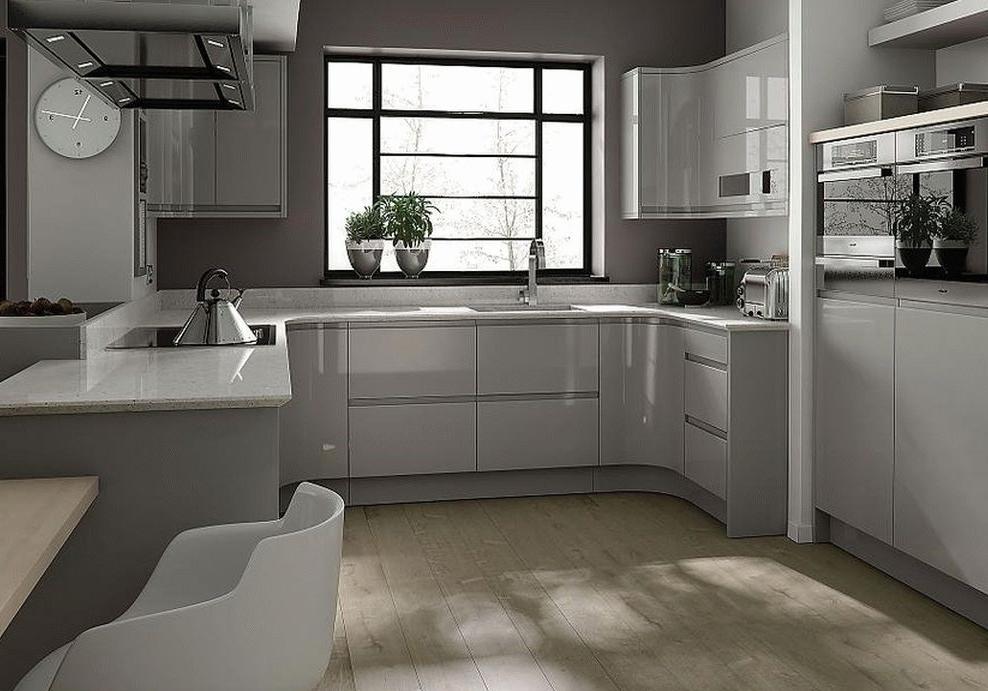 Cuisine de luxe blanche avec plan de travail gris