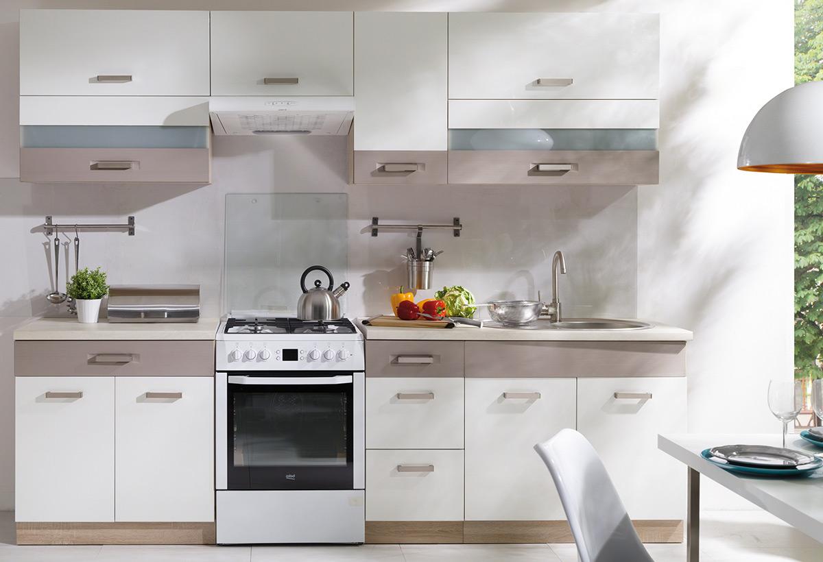 Lumière et espace dans une cuisine blanche avec un plan detravailler gris