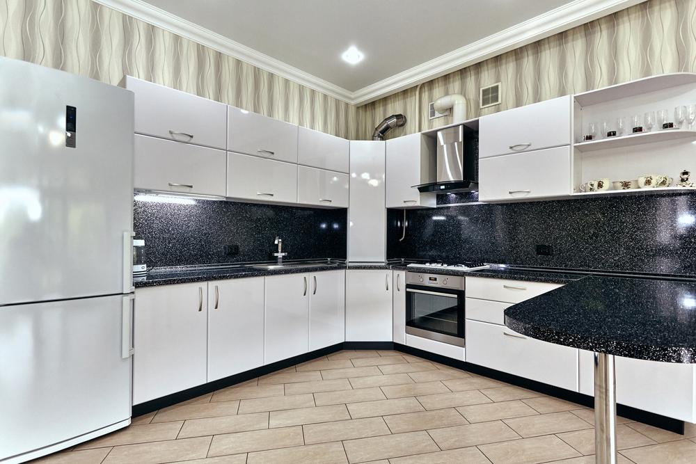 Grande cuisine blanche et comptoir en marbre