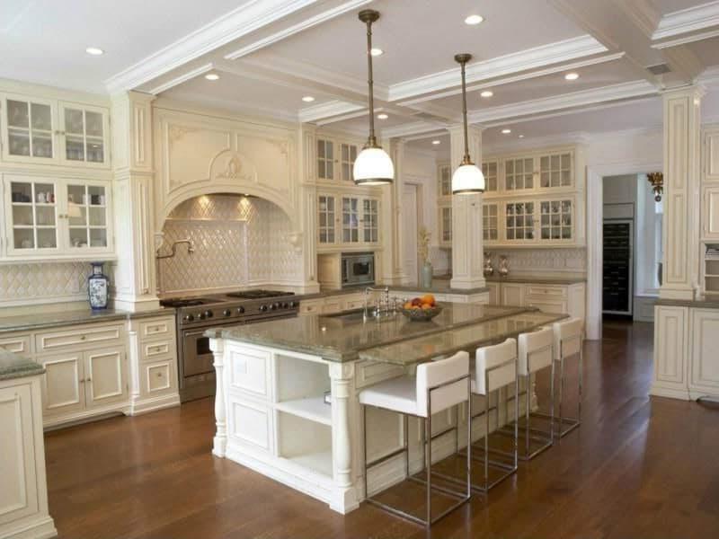 Grande cuisine blanche et plan gris pour travailler dans un style moderne